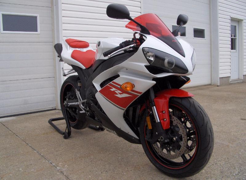 Neuf ! Yamaha R1 2008 edition Canadien **5300km** 1 taxe (400$)